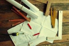 Die Pläne und die Werkzeuge des Tischlers Beschneidungspfad eingeschlossen Lizenzfreie Stockbilder