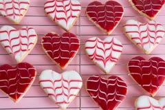 Die Plätzchen des frisch gebackenen Valentinsgrußes Stockbild