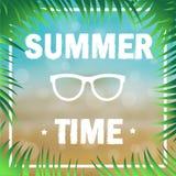 Die PlakatSommerzeit, die mit Palme verziert wird, verzweigt sich auf den Hintergrund des Strandes und des Meeres Vektor Stockbild