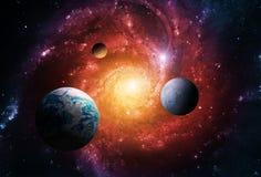 Die Planeten des Sonnensystems werden durch die Mitte der Galaxie und des enormen schwarzen Lochs angezogen stockfotos