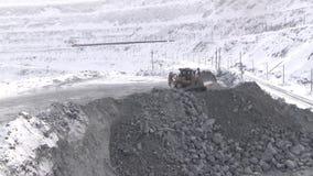 Die Planierraupe funktioniert in einer Karriere im Winter in der Kälte stock video
