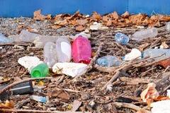 Die Plastik- und Glasflaschen, die weggeworfen wurden und verließen in der Natur, Stapel des Abfalls Ökologisch, Ökologie, Indust lizenzfreie stockfotografie