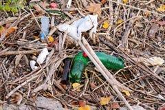 Die Plastik- und Glasflaschen, die weggeworfen wurden und verließen in der Natur, Stapel des Abfalls Ökologisch, Ökologie, Indust lizenzfreies stockfoto