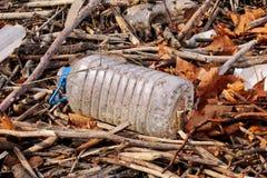 Die Plastik- und Glasflaschen, die weggeworfen wurden und verließen in der Natur, Stapel des Abfalls Ökologisch, Ökologie, Indust stockbild
