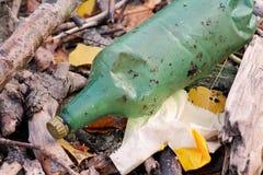Die Plastik- und Glasflaschen, die weggeworfen wurden und verließen in der Natur, Stapel des Abfalls Ökologisch, Ökologie, Indust stockfotografie