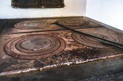 Die Platte des alten mit Ziegeln gedeckten Ofens stockfotos