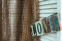 Die Platte mit der Aufschrift gemalt auf dem Hintergrund der Liebe Stockfotografie