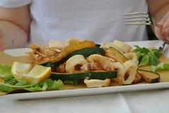 Die Platte mit Meeresfrüchten und Zucchini Stockfotos