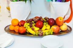 Die Platte von Früchten und von Beeren auf Weiß Stockbilder