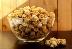 Die Platte wird mit süßem knusperigem Popcorn gefüllt stockbilder
