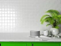 Die Platten, eine Schale und eine Grünpflanze auf dem Tisch Lizenzfreie Stockfotos
