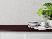 Die Platten, eine Schale und eine Grünpflanze auf dem Tisch Lizenzfreies Stockfoto