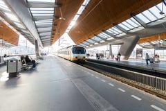 Die Plattform des Bahnhofs Bijlmer-Arena mit einem Zug Lizenzfreies Stockfoto