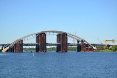 Die Podilskyi-Brücke über dem Dnieper-Fluss in Kyiv (Ukraine) Stockbild