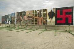 Die politischen Anschlagtafeln, die den Irak Abu Ghraib Prison zeigen, missbrauchen Bilder an der amerikanischen Botschaft in Hav Stockbild