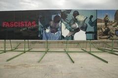 Die politischen Anschlagtafeln, die den Irak Abu Ghraib Prison zeigen, missbrauchen Bilder an der amerikanischen Botschaft in Hav Lizenzfreies Stockbild