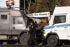 Die Polizei blockierte thr-Weise der Protestanten, die wo agains t Stockfoto