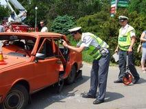 Die Polizei forscht Ursachen des Unfalles nach Stockfotos
