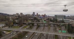 Die Portland-Tram bewegt Osten über zwischenstaatlichen 5 in Richtung zur Ufergegend stockfotografie