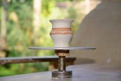 Die potter's drehen sich und der formbare Vase an seiner Wohnung Stockfotos