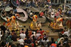 Die Priester tanzen mit dem Feuer und tun das Ritual in Varanasi lizenzfreie stockbilder