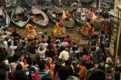Die Priester tanzen mit dem Feuer und tun das Ritual in Varanasi stockbild