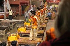 Die Priester tanzen mit dem Feuer und tun das Ritual in Varanasi stockfotos