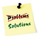 Die Probleme, Lösungen klebrige Anmerkung schreibend heraus kreuzen, färben lokalisierten Aufkleber, grünen Text, schwarzes Reißz Stockfotos
