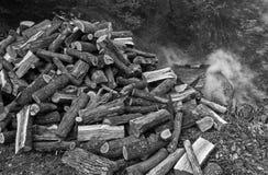 Die Produktion der Holzkohle in einer traditionellen Art Lizenzfreie Stockbilder