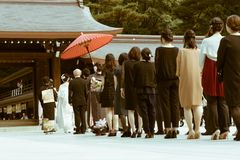 Die Prozession einer japanischen shintoistischen Hochzeit bei berühmten Meiji Shrine in Tokyo, Japan Stockfoto
