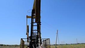 Die Pumpanlage auf einem Brunnen stock footage