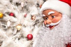 Die Puppe in Form von Weihnachtsmann auf einem weißen Hintergrund Christus Stockfotografie
