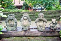 Die Puppe mit drei Affen schloss Ohren, Augen und Mund Lizenzfreie Stockfotografie