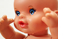 Die Puppe mit Rissen auf dem Gesicht Stockfotos