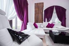 Die purpurroten Dekorationen des Wohnzimmers Lizenzfreie Stockfotos