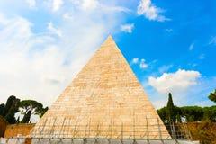 Die Pyramide von Cestius in Rom, Italien Lizenzfreies Stockfoto