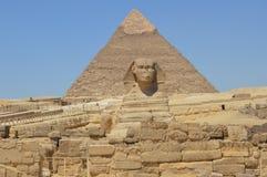 Die Pyramide von Khafre und die Sphinx in der Front stockbild