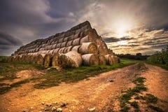 Die Pyramide von Strohballen Lizenzfreies Stockfoto