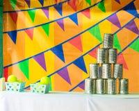 Die Pyramiden von Blechdosen für werfende Bälle Stockfotografie