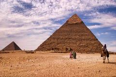 Die Pyramiden von Giseh unter einem blauen Himmel lizenzfreies stockfoto