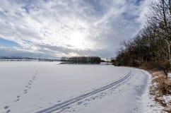 Die Querfeldeinreise nach einem schneebedeckten Feld Stockfoto