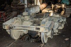 Die Räder auf den Schienen der Straßenbahn für Reparaturen in der Garage am Depot in Lemberg Stockbilder