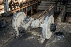 Die Räder auf den Schienen der Straßenbahn für Reparaturen in der Garage am Depot in Lemberg Lizenzfreies Stockfoto