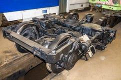 Die Räder auf den Schienen der Straßenbahn für Reparaturen in der Garage am Depot in Lemberg Lizenzfreie Stockbilder