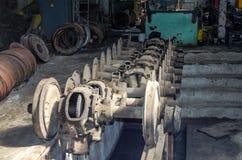 Die Räder auf den Schienen der Straßenbahn für Reparaturen in der Garage am Depot in Lemberg Lizenzfreies Stockbild