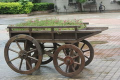 Die Räder der hölzernen Blumenbeete Lizenzfreies Stockfoto