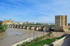 Die römische Brücke (Puente Romano) stockbilder