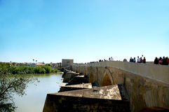 Die römische Brücke von Cordoba lizenzfreie stockbilder