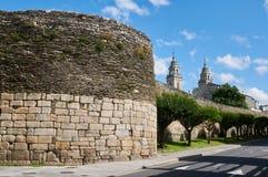 Die römische Wand und die Türme der Kathedrale von Lugo Galizien, Lizenzfreies Stockfoto