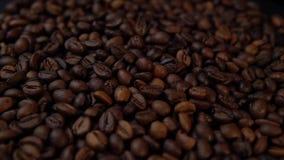 Die Röstkaffeebohnen drehen sich links herum stock video